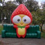 balão-inflável-morango no sofá
