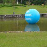 blimp-dirigível-inflável-azul flutuando
