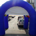 tenda inflável arco-iris com azul