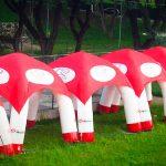 tendas-infláveis-brancas e vermelhas
